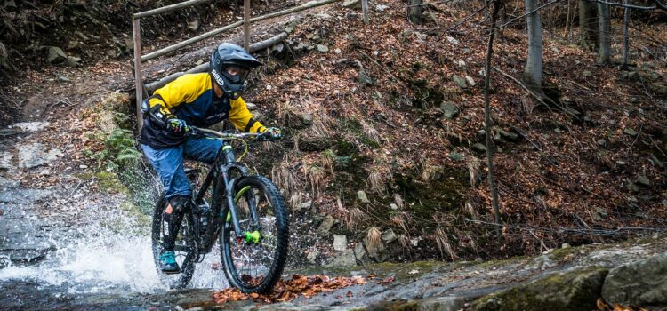 mand på mountainbike med MTB rygskjold