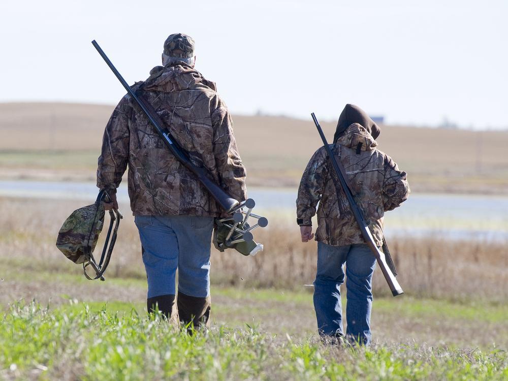 far og søn på jagt
