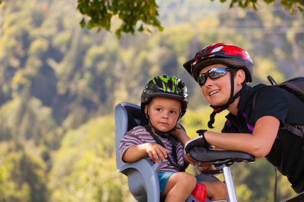 mor og søn på cykeltur